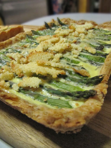 Asparagus Tart with Roasted Garlic and Parmesan Chips « Je Mange la ...